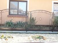 kovácsolt kerítés húzott hálóval